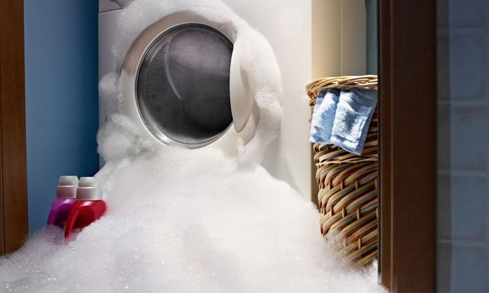 Потекла стиральная машинка снизу во время стирки: первые действия, устранение поломки
